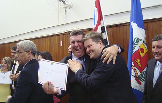 adriano-feliz-recebendo-diploma